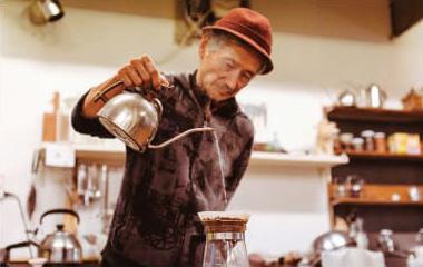 コーヒーを淹れる様子