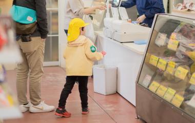 子どもが商品を買う様子