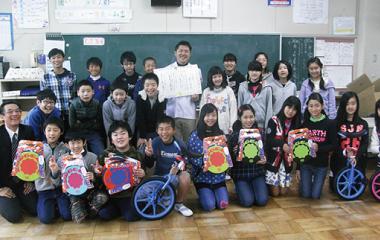 学校へ遊具を寄付した時の集合写真