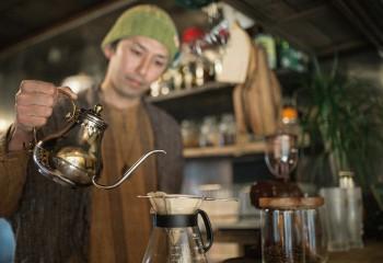 コーヒーを入れる仙石さん